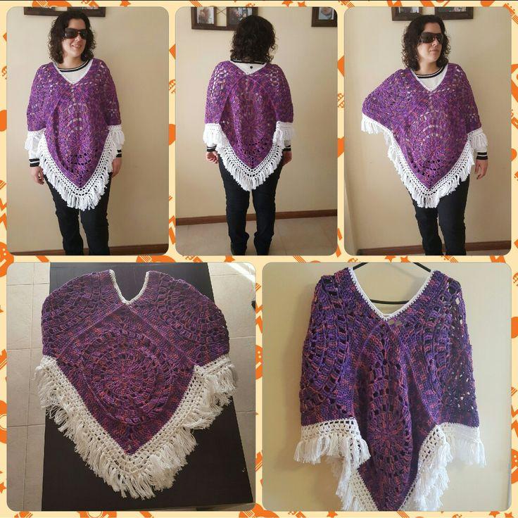 Poncho tejido a crochet en tonos violetas