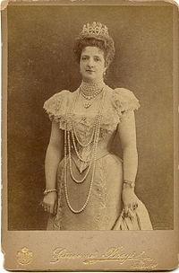 Fotografia d'epoca ritraente la Regina Margherita di Savoia con al collo la sua preziosa e lunghissima collana di perle
