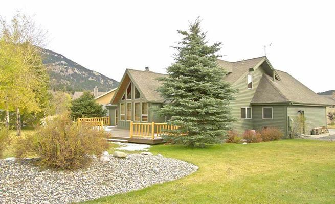 2-Level Home with Beautiful Yard and Fireplace -VaycayHero