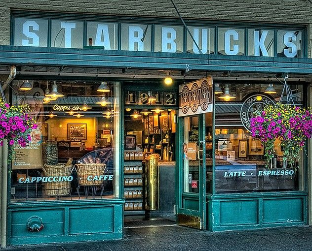 言わずと知れた、世界初のスターバックス!レトロな雰囲気の店舗は今の店舗とは少し違います。