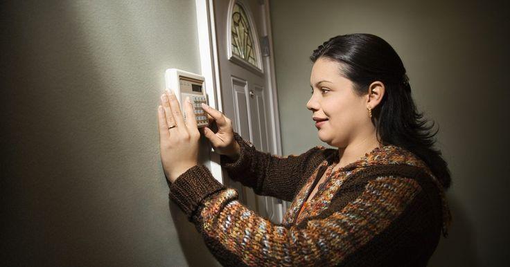 Como fazer um alarme de sirene. Uma sirene é uma placa de sinal eletricamente controlado ou, simplesmente, um dispositivo que anuncia uma mudança de status. Um tipo comum de sirene é um alarme definido para anunciar quando alguém abre uma porta ou janela. Existem inúmeras maneiras de projetar um circuito de alarme de sirene. Se você não sabe como projetar tal circuito, há também ...