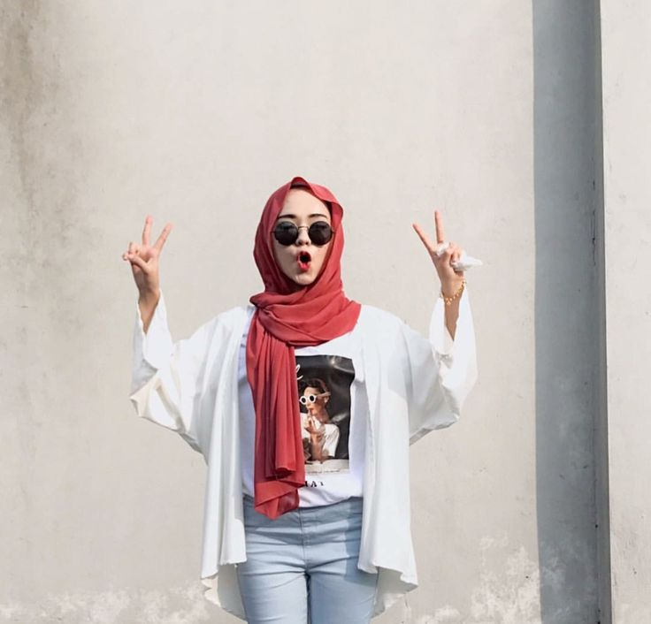 Hijabi street style - i wish her shirt was longer tho