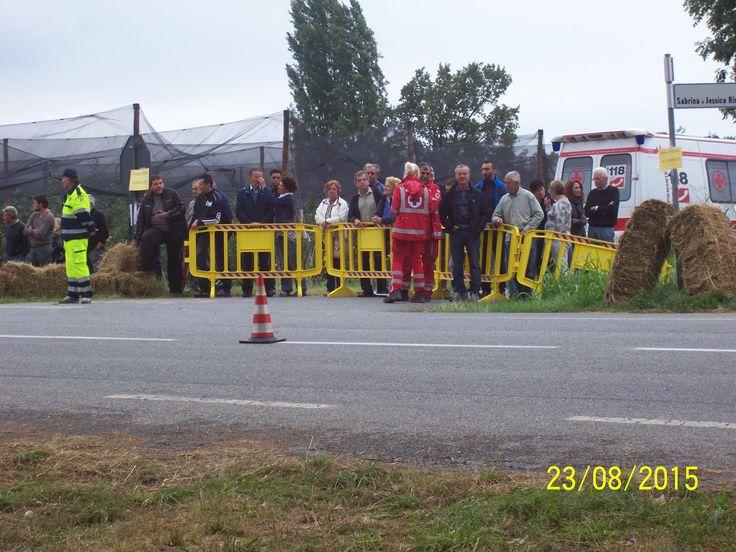 Strada laterale con personale della Croce Rossa