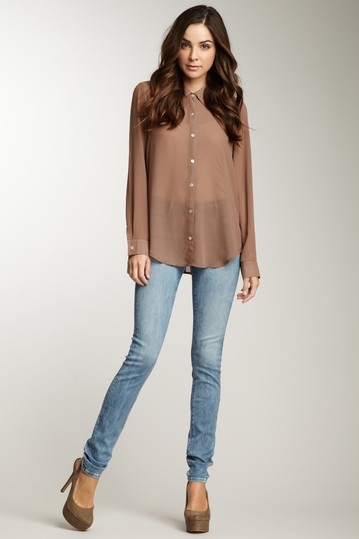 You need long tops to wear with leggings to look elegant and fabulous. Leggings are lighter and thinner than skinny jeans and pants, so they're more revealing. Because of this, you need to have some long tops to wear with leggings. A tunic is a long top that falls straight down and can be worn as is or belted. This airy, button up.