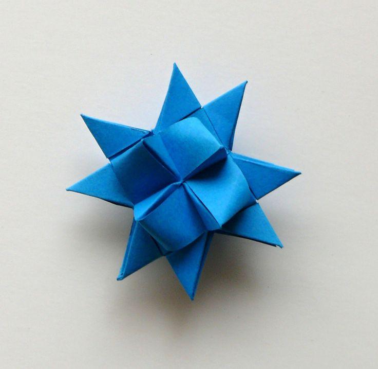 Hvězdička z papíru modrá 4,5 cm Velikost hvězdiček je 4,5 cm. Kvalitní pevnější papír. Hvězdičky jsou určeny k dekoraci - např. vánoční ozdoby na stromeček, stačí zavěsit na háček a můžete ozdobit vánoční stromeček nebo vánoční větvičku, z hvězdiček také můžete vytvořit girlandu a nebo jen tak položit na vánoční stůl, lze také použít jako dekorace ...