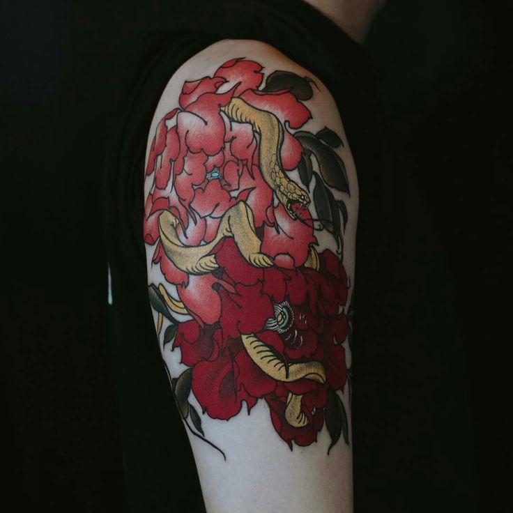 Tattoo done by: @yuuztattooer #Snake #snaketattoo #serpiente #flower #flowertattoo