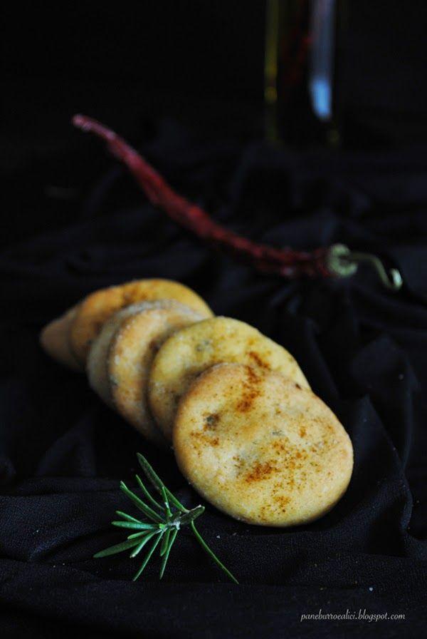 Pane, burro e alici: Focaccine di ceci all'olio piccante