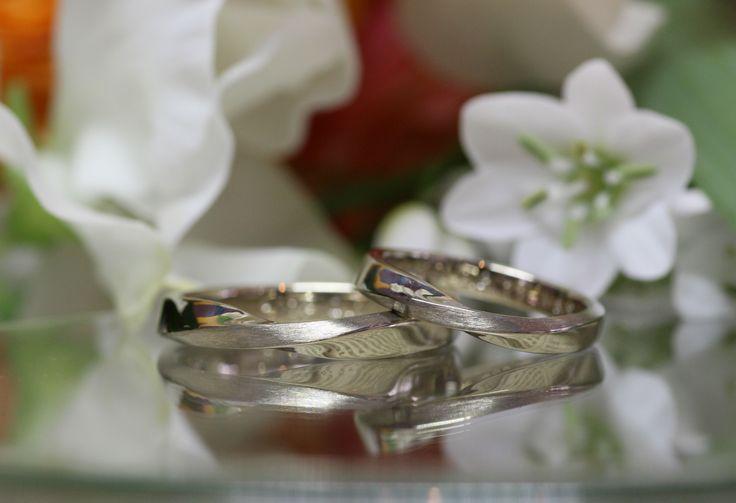 お二人のこだわりは結婚指輪らしくシンプルに、穏やかな流れのあるデザイン 地金の色味はお揃いのホワイトゴールド。プラチナの銀色とはまた違った、渋みのあるアンティークで格好いい銀色です。 [marriage,wedding,ring,bridal,K18,マリッジリング,結婚指輪,オーダーメイド,ホワイトゴールド,ウエディング,ith,イズマリッジ]