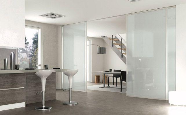 En las puertas correderas baratas, los precios varían en función de dos factores principales: el tipo de instalación y el material con el que está fabricada