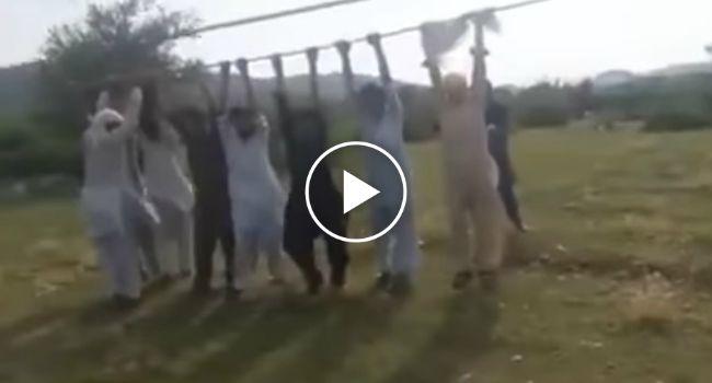 Grupo De Paquistaneses Diverte-se a Brincar Com Cabos Elétricos