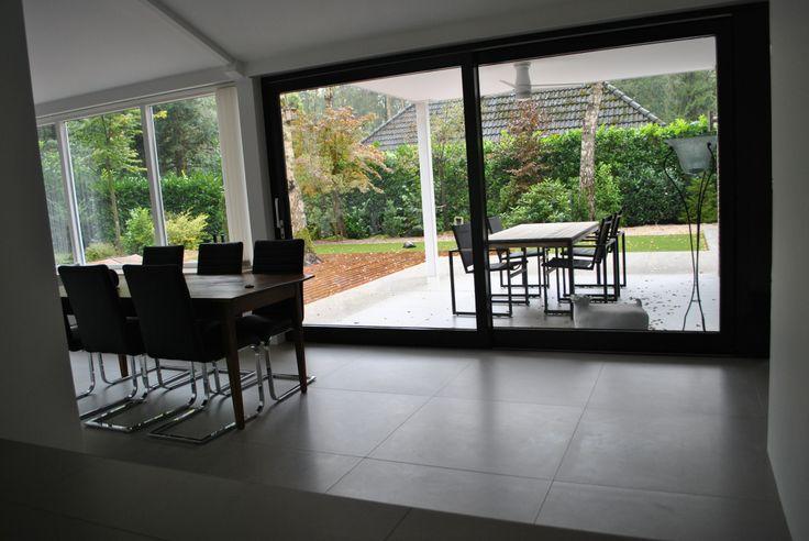 Strak minimalistische grijze vloer in 90x90 (37) Tegelhuys