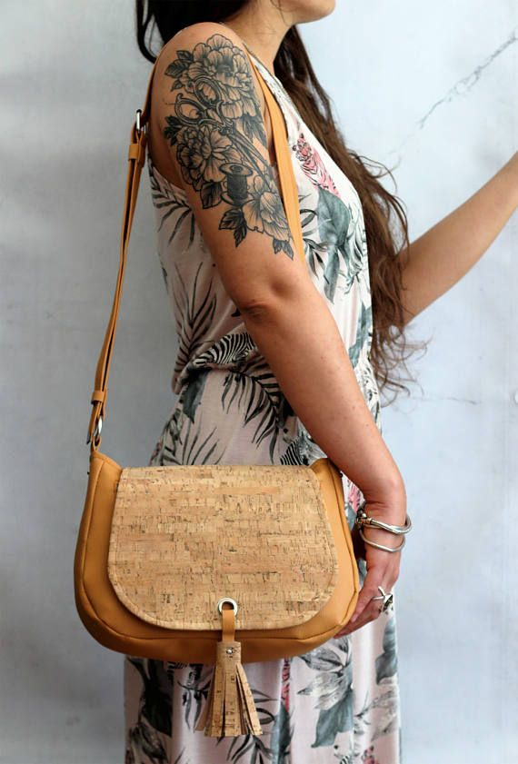 Saddle bag in vegan leather e sughero. Borsa a bisaccia in ecopelle e sughero con nappina. Borsa vegan. Tracolla regolabile