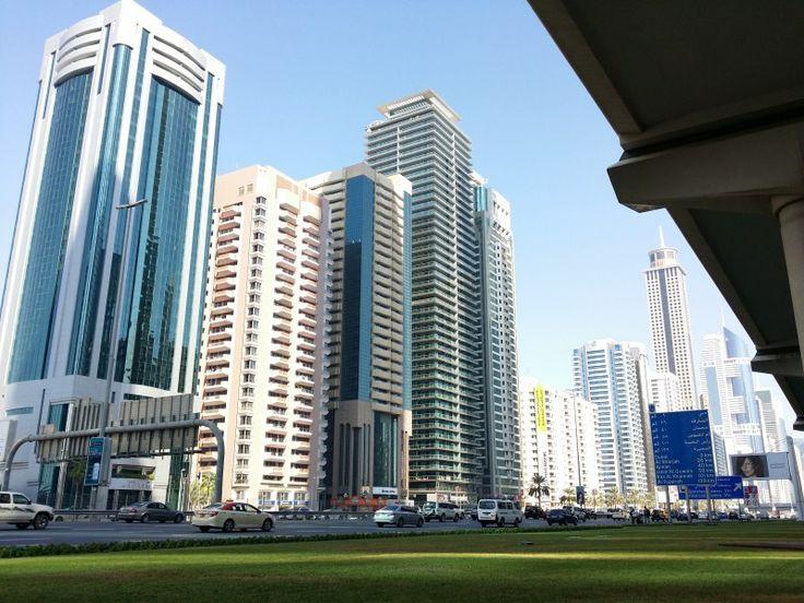 Autopista central de Dubai con rascacielos de oficinas, hoteles y viviendas