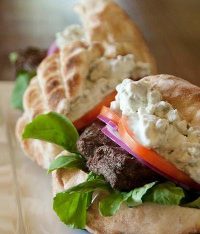 Lekker, struisvogel van de barbecue, met blauwe kaassaus. Kijk voor het recept op onze Facebook-pagina! Recept komt uit het kookboek Cape Wine Braai Masters.