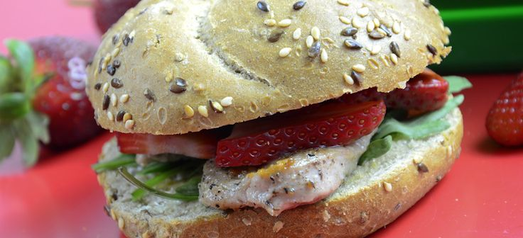 Sandwich with arugula, pork loin and strawberries