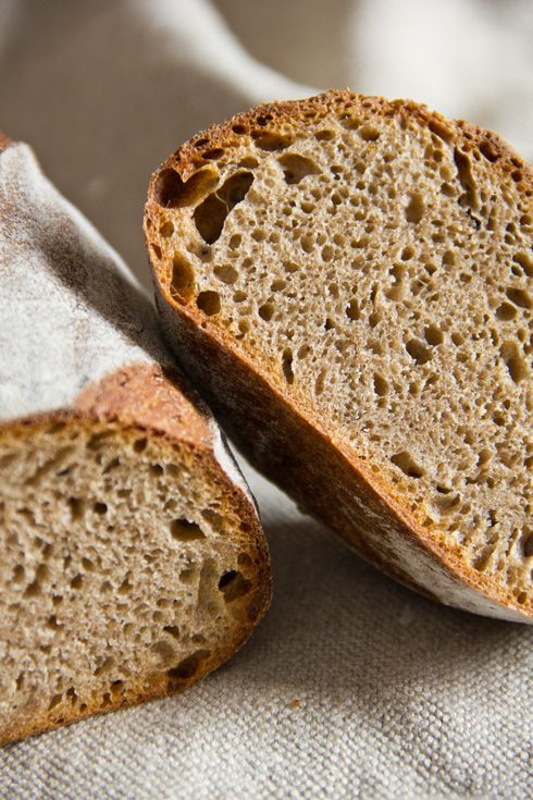 Dunkle Krume dank Ruchmehl, kräftig-herb im Geschmack und bestens zu deftiger Wurst und würzigem Käse geeignet: Ruchbrot