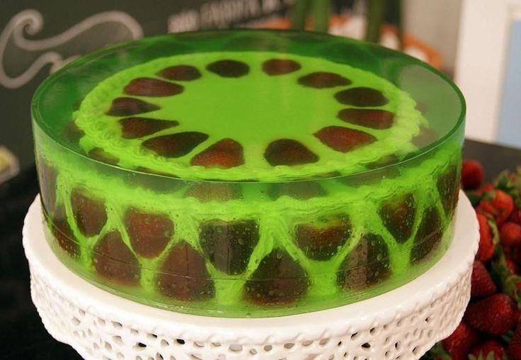 Depois do enorme sucesso dos bolos bombom, a tendência agora são os bolos de vidro. Conforme os dias forem esquentando as pessoas vão procurar alternativas