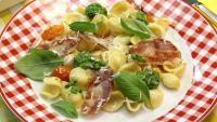 In papillot: orecchiette met pesto, look en pancetta