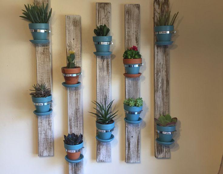 Balkon duvarına hoş bir dekorasyon yapmaya ne dersiniz. Saksı duvar paneli. Küçük bir bahçeniz var ise böyle bir saksı duvar paneli yaparak yerden tasarruf