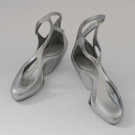 Zapatos de plástico diseñados por Zaha Hadid Architects para la línea de zapatos brasileños Melissa
