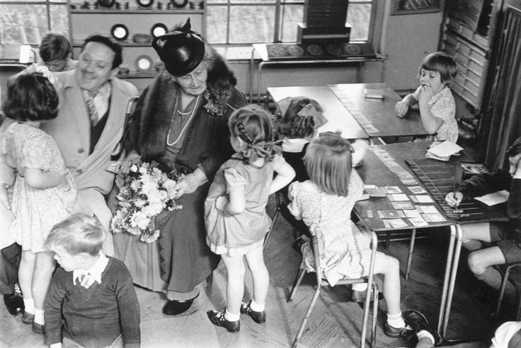 Giochi e attività pensando al metodo Montessori a casa Applicare il metodo Montessori a casa può sembrare difficile. Da mamme indaffarate, non abbiamo tempo di leggere tutti i libri di Maria Montessori e non possiamo diventare esperte di pedagogia per bambini in pochi giorni. I consigli sul metodo Montessori che abbiamo letto su Internet non ci hanno convinto e non sappiamo da che parte iniziare. In questo post vorrei suggerire che applicare il metodo Montessori a casa, o perlomeno ispirarsi…