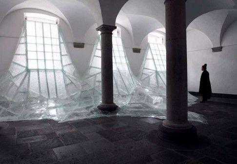 Fala potłuczonego szkła zalewa wnętrze sali kolumnowej dawnego klasztoru benedyktynów w Pulheim w Niemczech – jak zmaterializowane światło wpadające przez okna i stopniowo niknące w mroku wnętrza. Ta artystyczna instalacja jest dziełem francuskiego artysty Baptiste Debombourga. http://sztuka-wnetrza.pl/963/artykul/szklane-swiatlo
