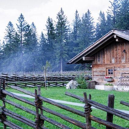 Der Herbst lässt grüßen _________________________  #mönichkirchen #alm #autumn #rustikal #discoveraustria #travelblogger #travel #austria #beautifullandscape #wooden #niederösterreich #wechsel #wieneralpen #schwaig #nebel #fog #igersaustria #unterwegs #freets #sonntagsausflug #herbst #kalt #hütte