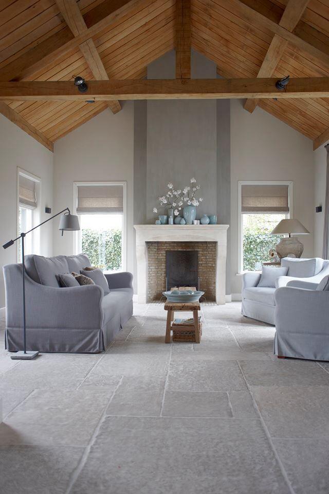 Prachtig contrast tussen de zachte tinten van de vloer, meubels en muren tegenover de warme houttint van de dakconstructie, die kan je behouden met WOCA Masterolie Naturel.