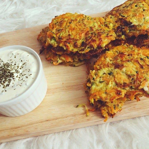 Zucchini-Möhren-Puffer mit Kräuterquark (Low Carb)