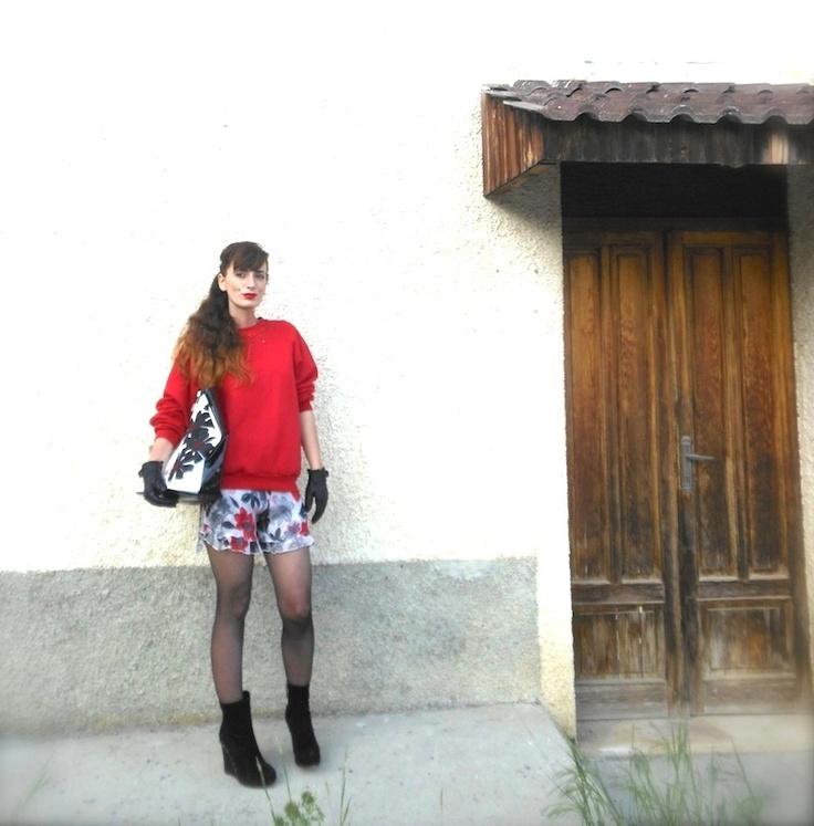idea outfit rosso, nero e bianco, gonna a fiori, borsa pizzo, collant shop ibici , outfit felpa e gonna fiori ,amanda marzolini the fashionamy fashion blog italy