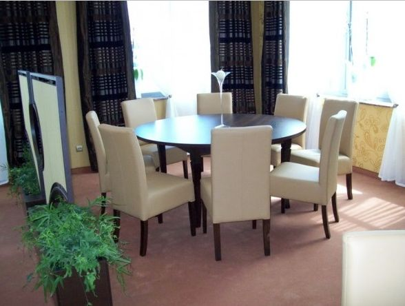 Tapicerowane krzesło 98 do jadalni  https://www.centrumkrzesel.pl/krzeslo-98/3828/p #centrumkrzesel #krzeslo #tapicerowane #jadalnia #salon #gabinet #wnętrze #design #architecture #interior #interiordesign #diningroom #modern #glamour #office