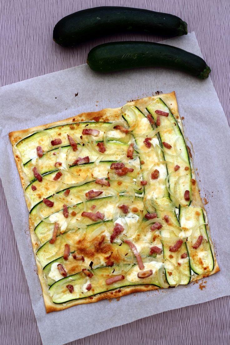 J'adore la flammekueche, voici une recette un peu revisitée avec de la courgette pour ajouter un peu de légume, et le tout gratiné de fromage pour la gourmandise ;-) Une recette très facile et rapide, même en réalisant la pâte maison, je vous ai mis le...