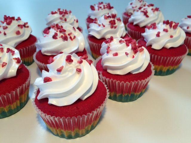 Smukke regnbue cupcakes med flødebolle topping og et drys frysetørrede hindbær. Det syrlige fra hindbærene passer super godt sammen med den søde topping