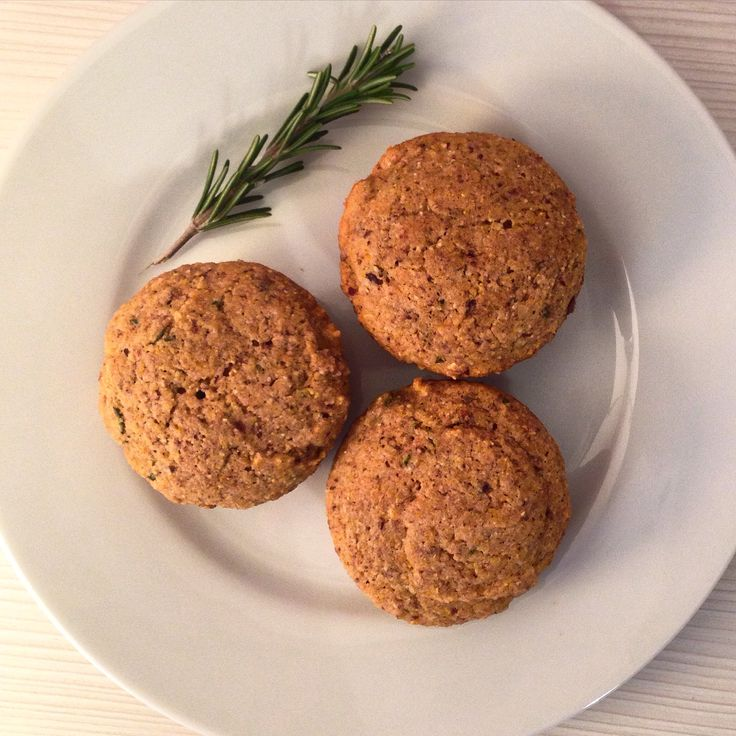 Healthy Rosemary Cornbread Muffins with maple syrup. Vegan and delicious. Find the recipe at yimtfoods.com