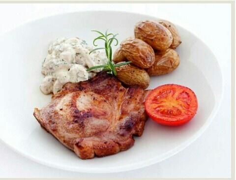 http://www.dinmat.no/Finn-oppskrifter/Oppskrifter/Middag/Kj%C3%B8tt/Svin/Koteletter-med-soppstuing,-ovnsbakte-poteter-og-tomat/(tema)/177