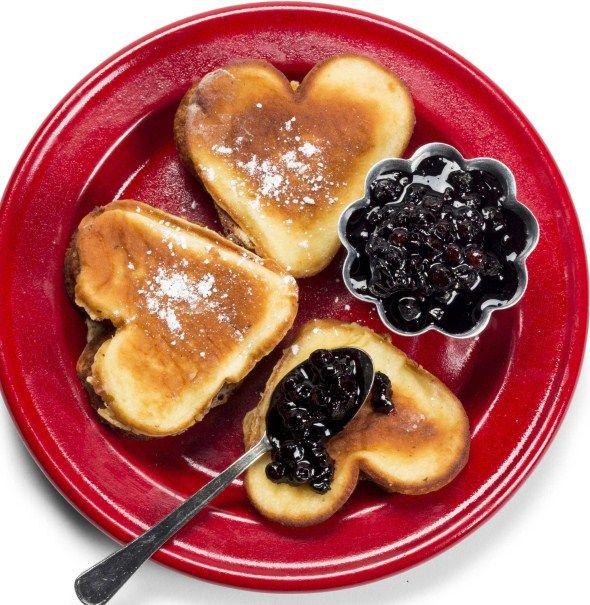 Pancakes with blueberry jam and maple syrup / Amerikkalaiset pannarit, resepti – Ruoka.fi