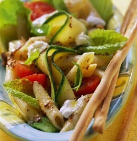 Pastasalade met courgettes en kerstomaatjes - Recepten - Culinair - KnackWeekend.be