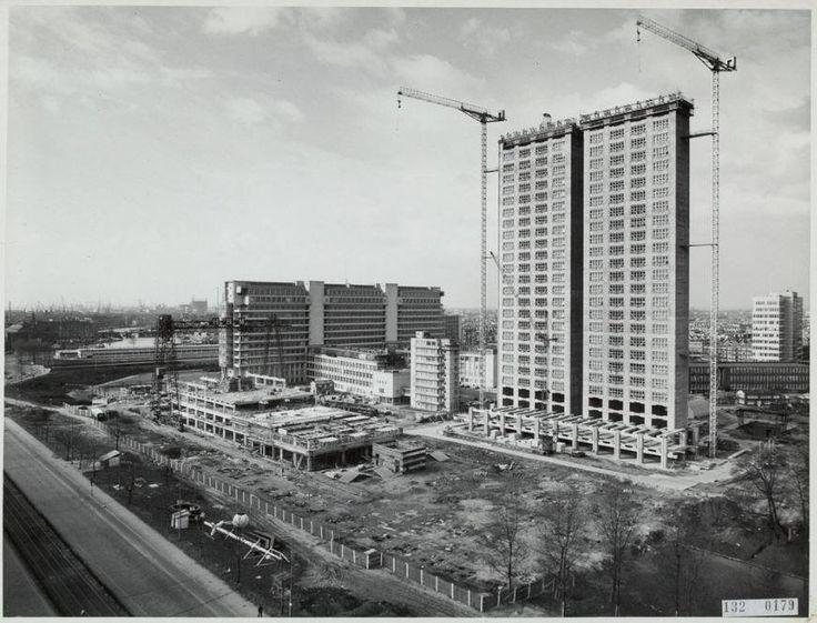 en mooi oude bouwfoto van de hoogbouw van het Dijkzigt ziekenhuis. De 114 meter toren werd in record tempo gebouwd en was van 1968 tot 1991 het hoogste kantoor gebouw van Nederland.