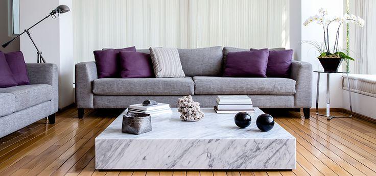 living room con sillones de dos cuerpos y mesa de entro de marmol de carrara. Distribucion y creacion moderna by MLIST