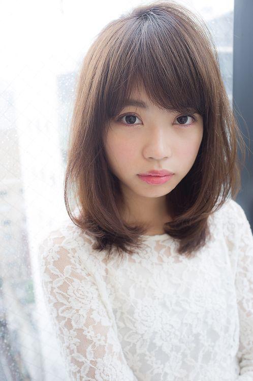 厚めのバングを斜めに流れやすくカットして大人かわいい前髪が人気。  似合わせカットは顔まわりを骨格に合わせて丁寧にカットさせて頂きます。  柔らかさのあるベージュカラーに透明感を出すグレージュアッシュをミックスして外国人風の透け感が出せます。    ジャッキーのビューティブログはhttp://yanagihara.info/
