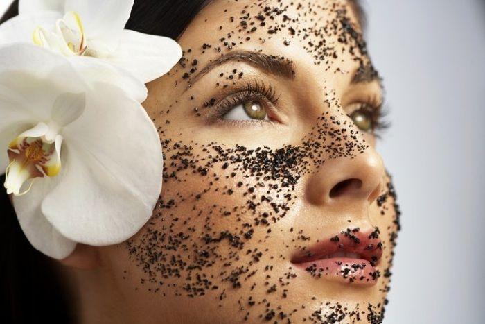 Gesichtsmasken selber machen-Kaffeesatz als Peeling auftragen