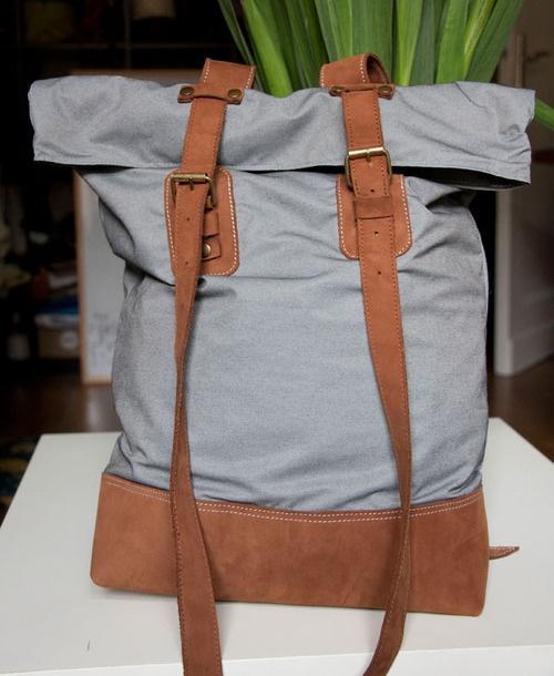 Plecak z szarej tkaniny ze skórzanym spodem i dodatkami. #backpack #leather_backpack