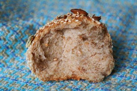 Просто и вкусно: Пшенично-ржаные булочки с семечками и намазка из тунца с авокадо