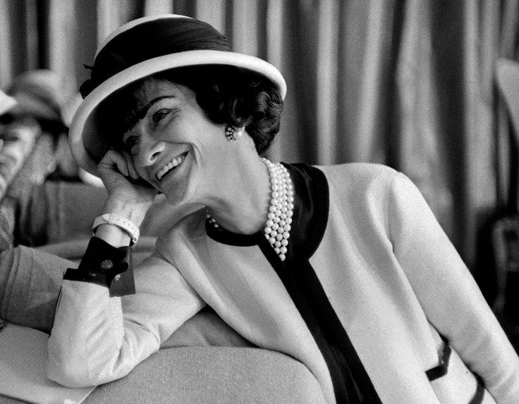 Gabrielle Coco Chanel qui porta un canotier de forme plus féminine, en réaction aux couvre-chefs très garnis des femmes de l'époque