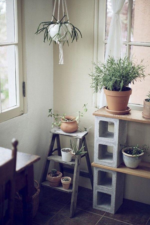 Mueble para plantas de interior con bloques de cemento