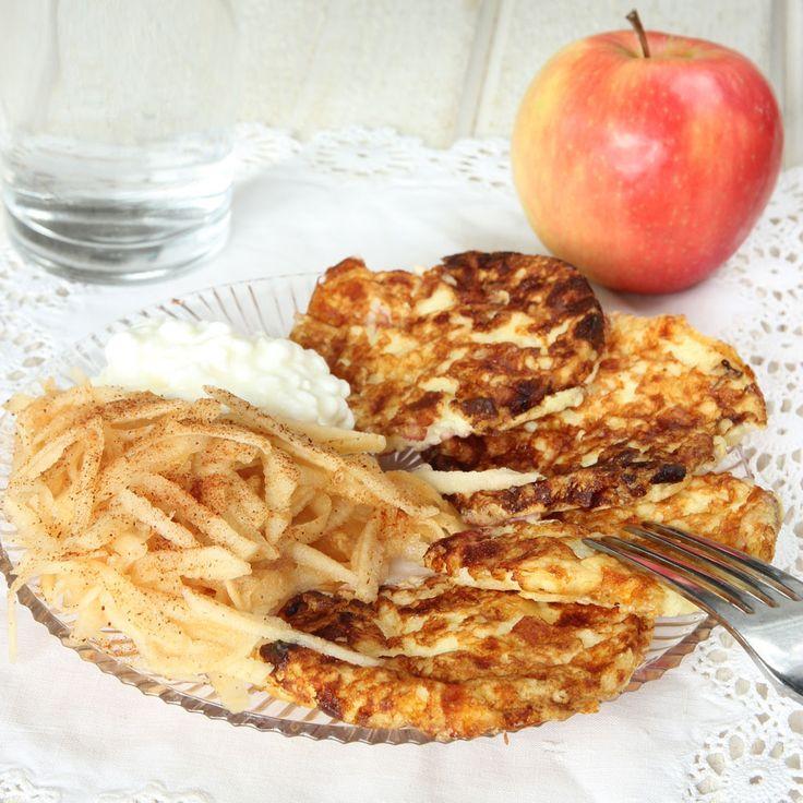 Nyttiga och mättande plättar gjorda på Keso och ägg, helt utan mjöl. Servera med rivet äpple & kanel – supergott!