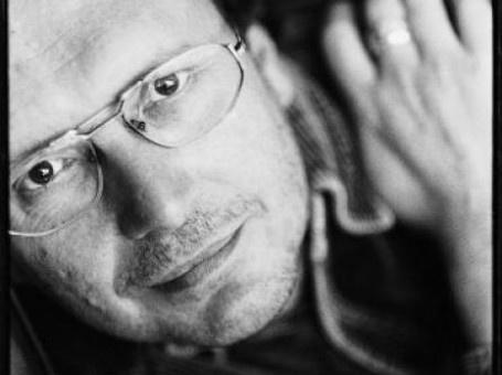 Luuk Gruwez (°1953) debuteerde in 1973 op negentienjarige leeftijd met 'Stofzuigergedichten'. Sinds 1994 leeft Gruwez van zijn pen, en dat doet hij goed: hij is een graag gelezen dichter die ook regelmatig in de prijzen valt. Op 28 februari 2013 ging Johan de Boose in gesprek met Gruwez over zijn nieuwe bundel 'Wijvenheide', die werd genomineerd voor de VSB-poëzieprijs.