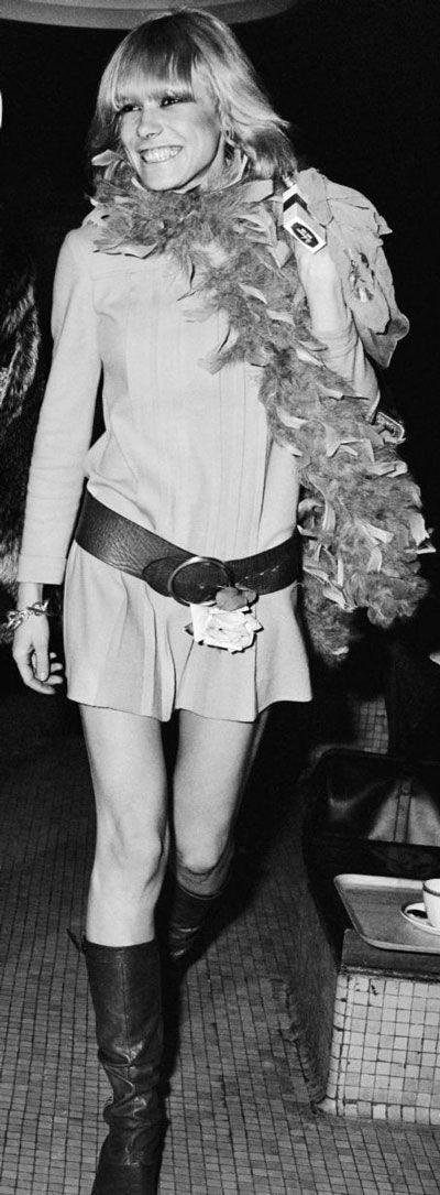Anita Pallenberg- cô là biểu tượng thời trang của những năm 1960, trong hình cô thể hiện phong cách hippie đặc trưng của những năm này