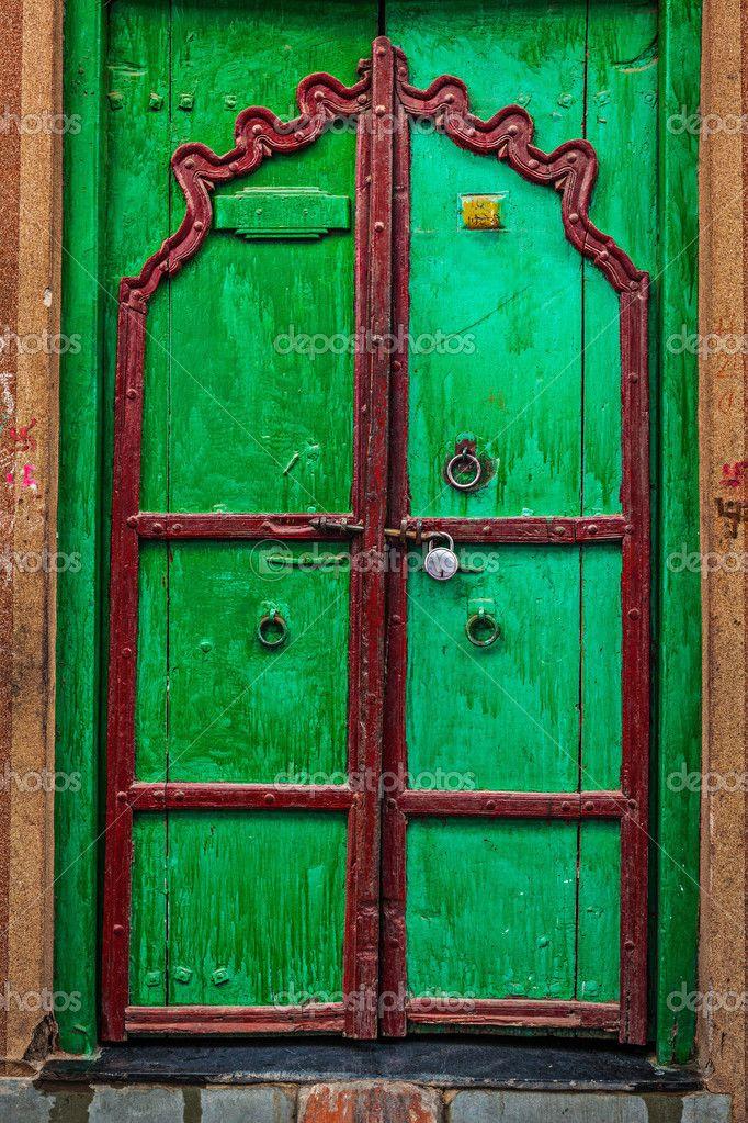 eski kapılar | eski ahşap kapı antika arka plan - Stok İmaj