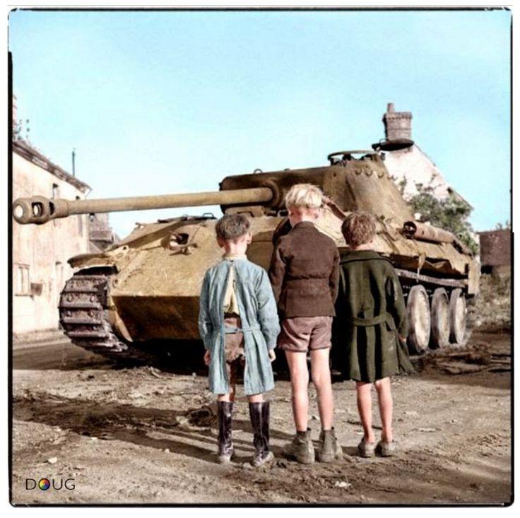 Французские дети смотрят на подбитый немецкий танк Pz.Kpfw. V «Пантера», уничтоженный в Фалезском котле. Нормандия, Франция, 15.08.1944